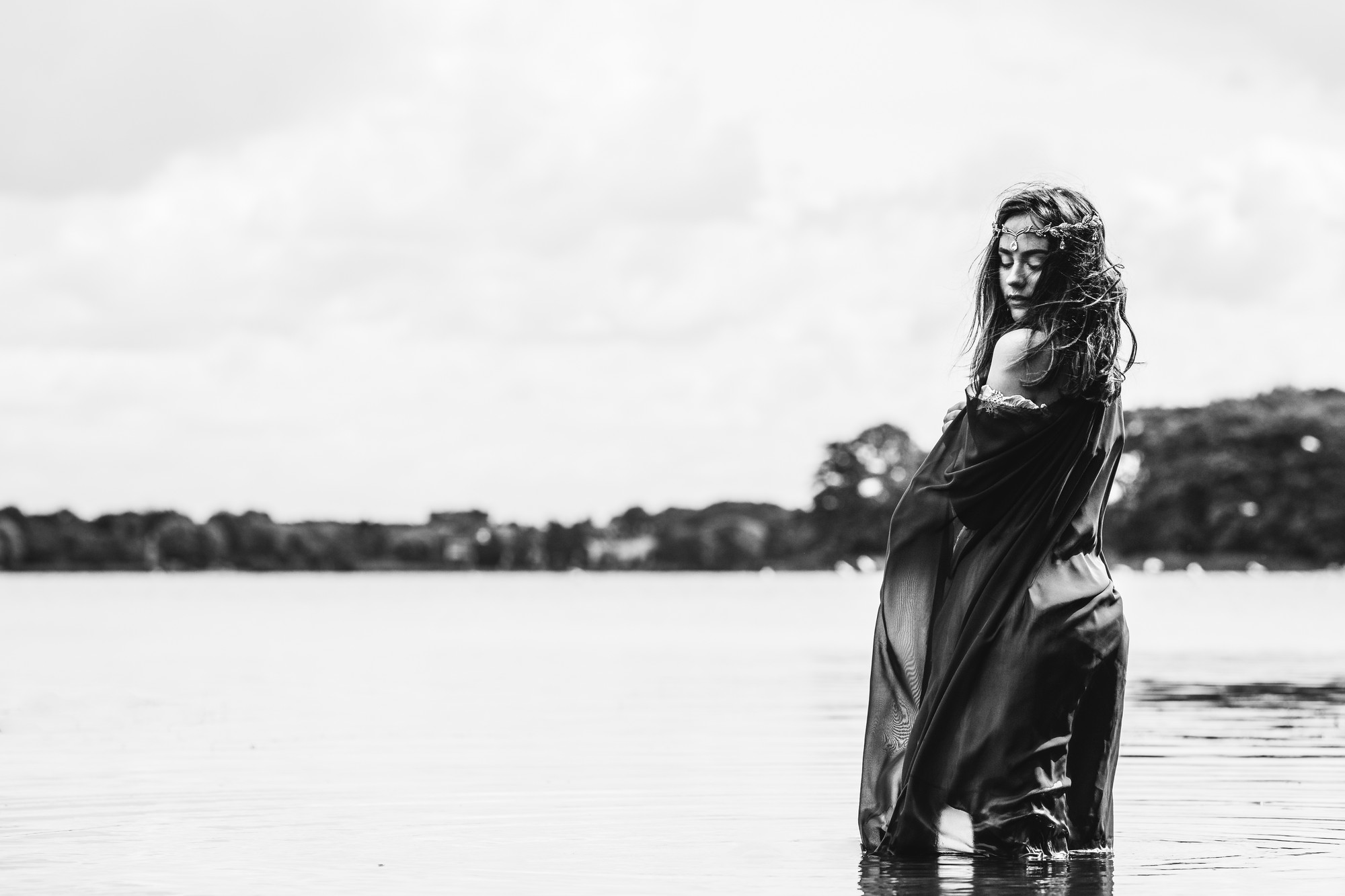 black-and-white-portrait-sensual-watershoot-mais-cosplay-laerke-05