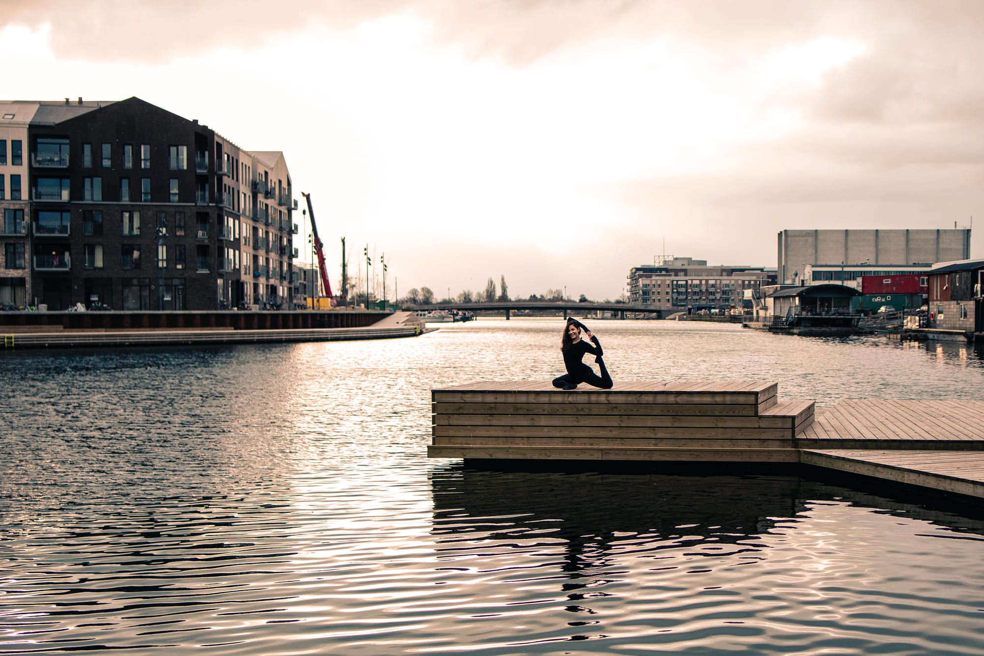 urban-yoga-photoshoot-copenhagen-silhouettes-poses-09
