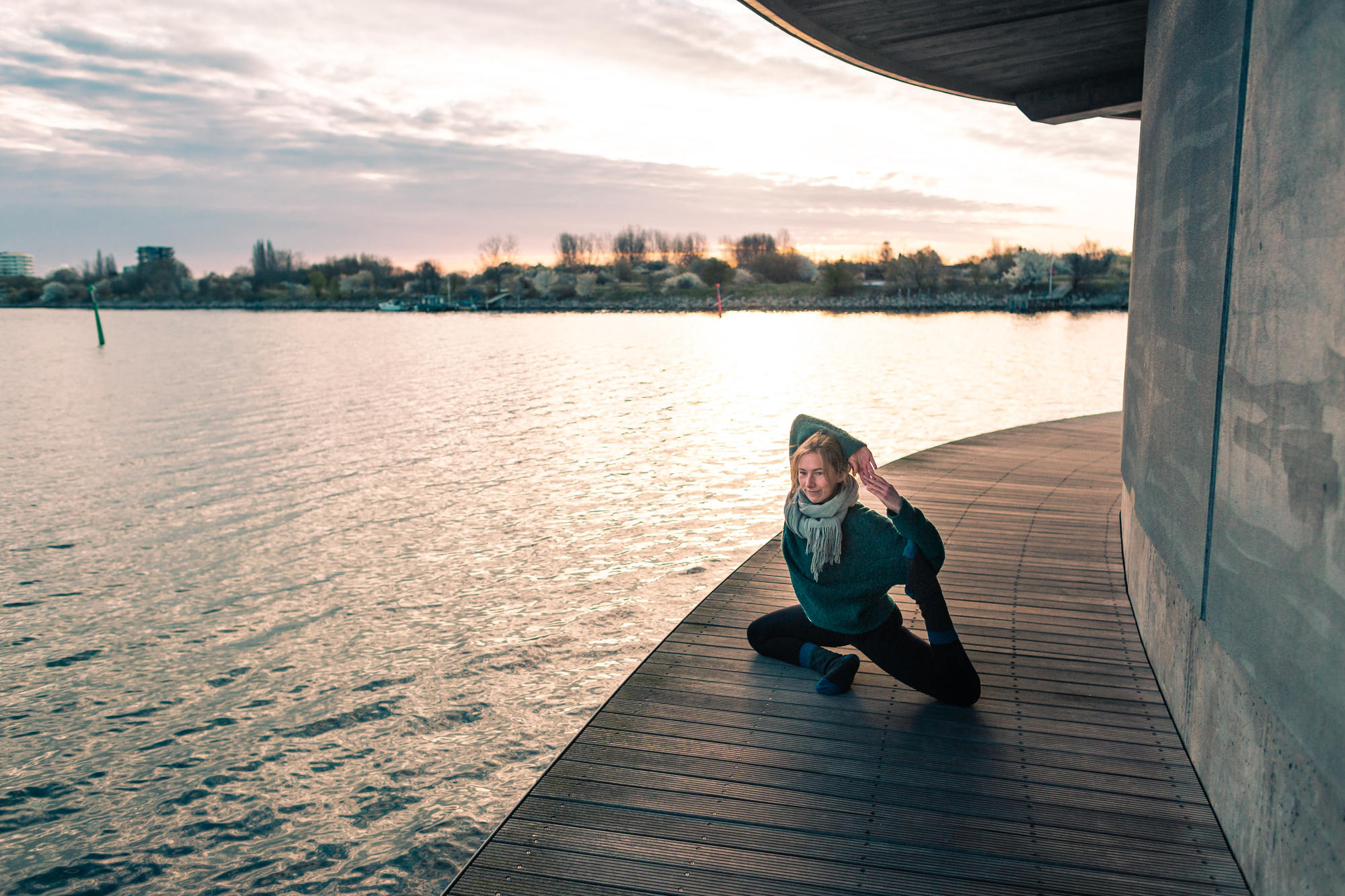 urban-yoga-photoshoot-copenhagen-silhouettes-poses-16