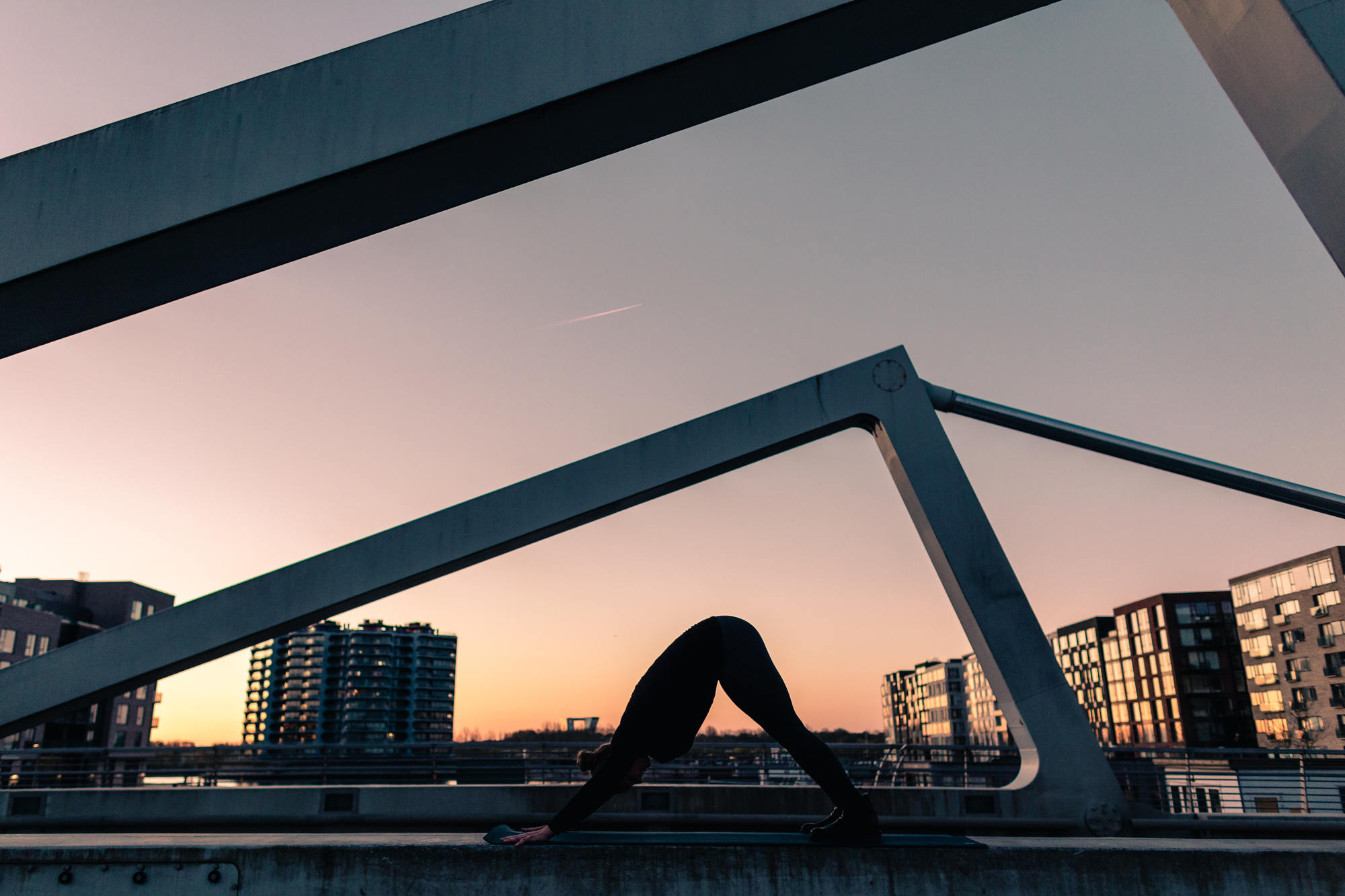urban-yoga-photoshoot-copenhagen-silhouettes-poses-18
