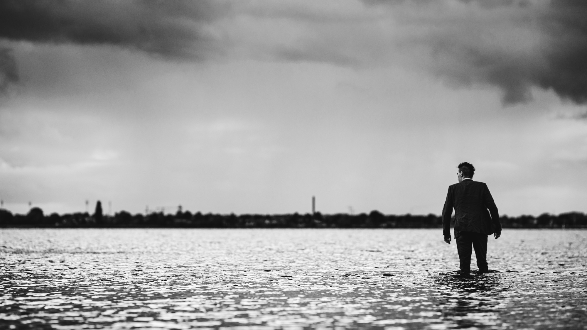 suit-man-watershoot-black-and-white